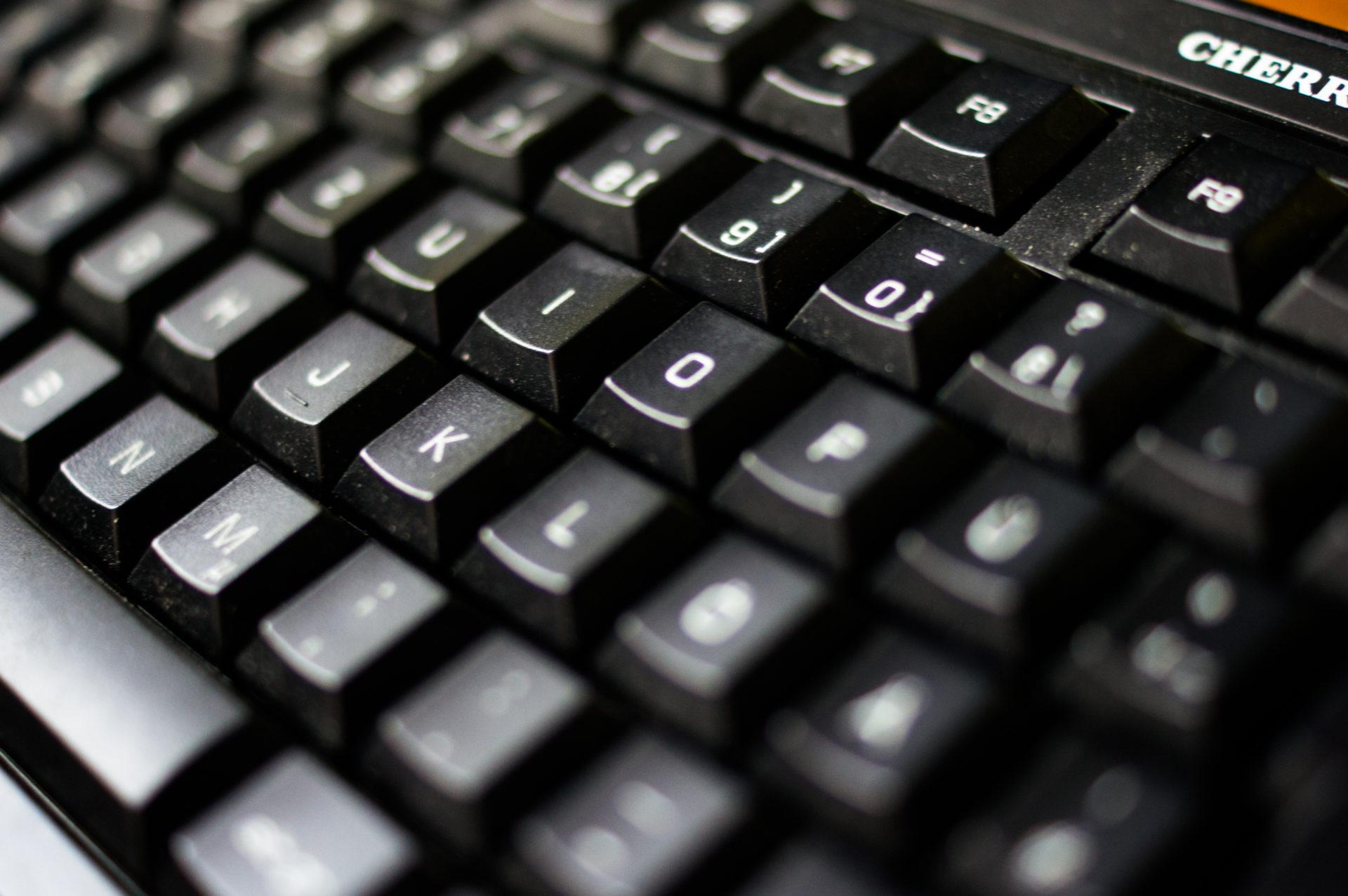 Nahaufnahme von Tasten einer Computertastatur